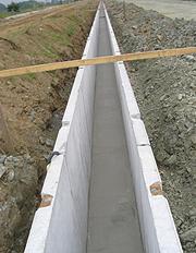 底版に調整コンクリートを打設する写真